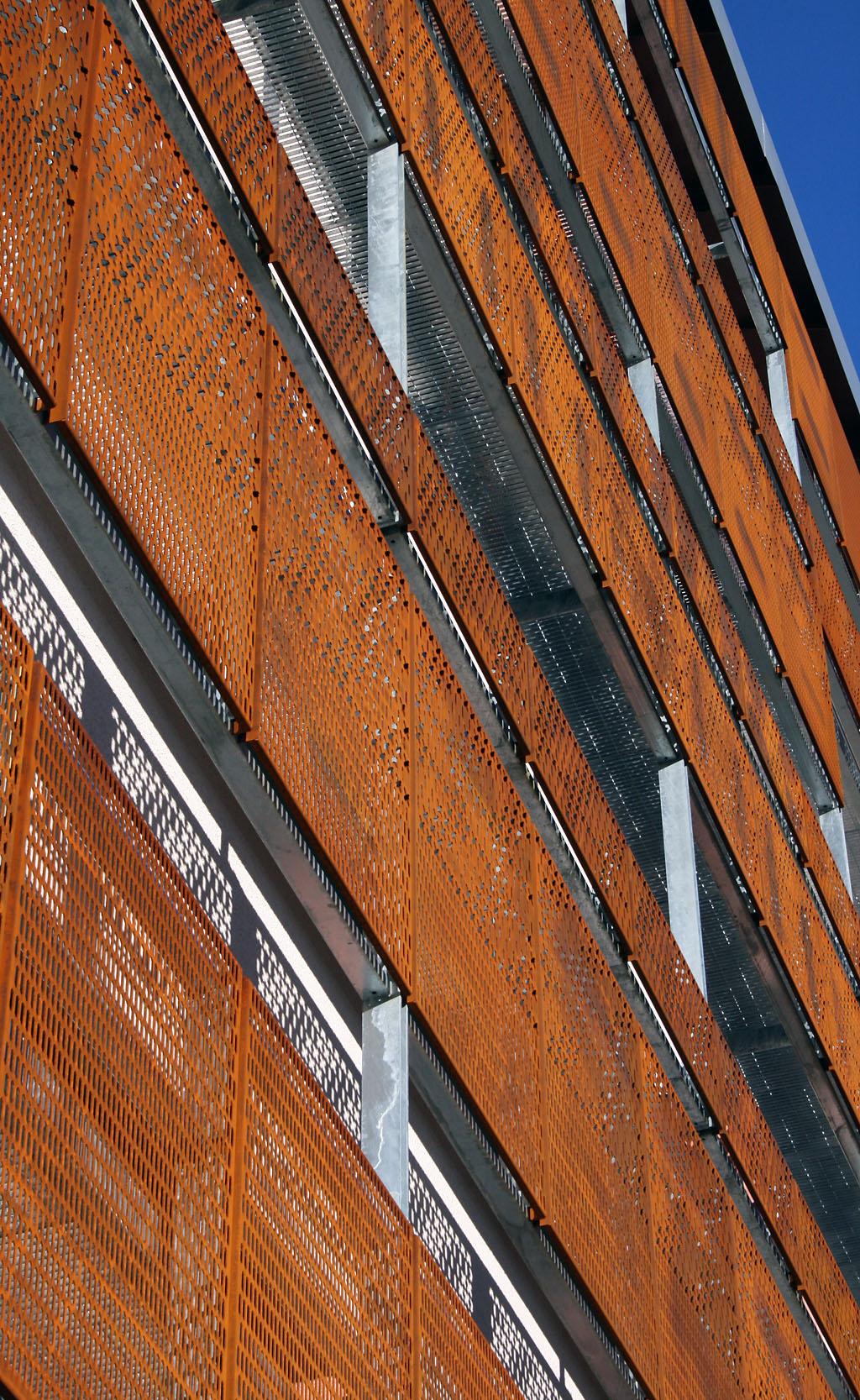 Fachada de acero corten oxidada con act cor for Fachada acero corten