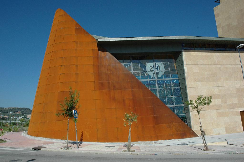 Gran fachada en acero corten para una iglesia for Fachada acero corten