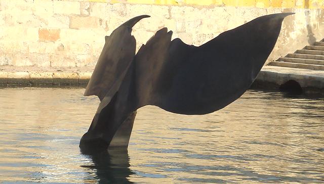 Cola de ballena en acero corten, vista lateral.