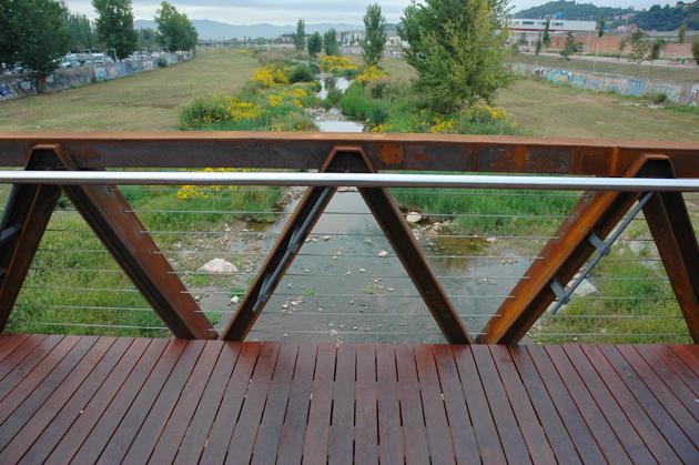 Puente en acero corten, vista lateral